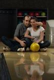 Bowling de enseignement de femme d'homme Photos libres de droits
