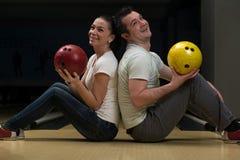 Bowling de enseignement de femme d'homme Photo stock