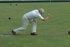 Bowling de gramado do homem sênior   Fotografia de Stock