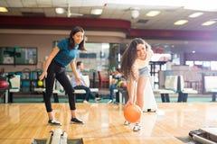 Bowling de observation d'amie de fille dans le club Images libres de droits