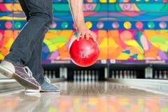 Bowling för ung man som har gyckel Royaltyfria Foton
