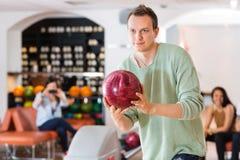 Bowling sûr d'homme dans le club Photographie stock libre de droits