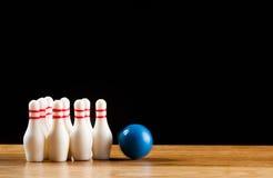 Bowlingben och bowlingklot i miniatyr Royaltyfria Foton