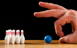 Bowlingben och bowlingklot i miniatyr Arkivfoton