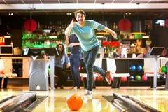 Bowlingen är rolig arkivfoto