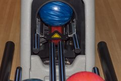 Bowlingklot på kuggen royaltyfria foton