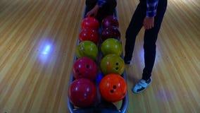 Bowlingklot ut ur bollretur närmande sig stift för bollbowlinglek Bowlingklotlögn på ställningsslut upp Spelaren rymmer bowlingkl stock video