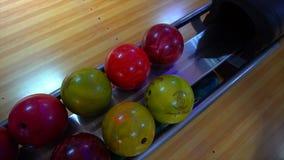 Bowlingklot ut ur bollretur närmande sig stift för bollbowlinglek Bowlingklotlögn på ställningsslut upp Spelaren rymmer bowlingkl arkivfilmer