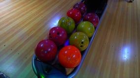Bowlingklot ut ur bollretur närmande sig stift för bollbowlinglek Bowlingklotlögn på ställningsslut upp Spelaren rymmer bowlingkl lager videofilmer