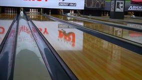 Bowlingkugel auf Bowlingbahn stock footage