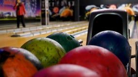 Bowlingkugel aus Ball-R?ckkehr heraus media Ball wurde, varicolored Bowlingkugeln liegen in rollendem Verein bereitgestellt stock footage