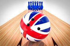 Bowlingkugel mit der Flagge Vereinigten Königreichs und Bowlingspielstifte mit der Europäischen Gemeinschaft kennzeichnen Nahaufn Stockfotografie
