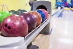Bowlingkugeln in einer Linie Stockbilder