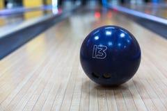 Bowlingkugelnahaufnahme auf Weghintergrund Lizenzfreie Stockfotografie