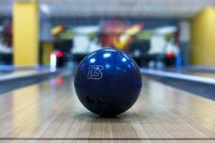 Bowlingkugelnahaufnahme auf Weghintergrund Stockbild