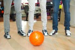 Bowlingspeler en de bal stock afbeeldingen