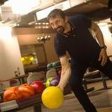 bowlingspeler speelkegelen stock afbeelding