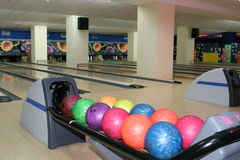 Bowlingspiel balley mit Bällen Stockbild