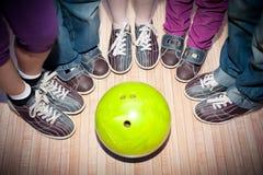 Bowlingspiel der Kinder Lizenzfreies Stockfoto