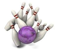 Bowlingspiel-Kugel, die Stifte für einen Schlag schlägt Lizenzfreie Stockfotografie