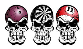 Bowlingspiel, Pfeile und Billiardschädel Stockfotografie