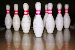 Bowlingspielbolus-Reihenreflexion auf hölzernem Fußboden stockfoto