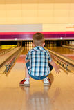 Bowlingspieljunge stockfotos