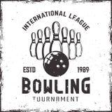 Bowlingspielkegel und Ballvektorweinleseemblem stock abbildung