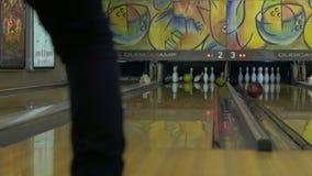 Bowlingspielkugel, die Stifte schlägt stock video footage