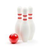 Bowlingspielkugel und Skittles Stockfotografie