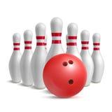 Bowlingspielkugel und Skittles Stockfotos