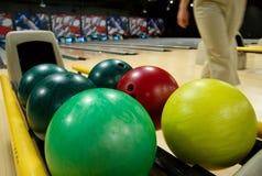 Bowlingspielkugeln an der Gasse Stockfotos