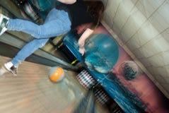 Bowlingspielmädchen Lizenzfreie Stockfotografie