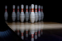 Bowlingspielschüsseln in der Reihe Lizenzfreies Stockbild