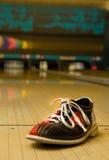 Bowlingspielschuh in der Gasse Lizenzfreies Stockbild