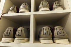 Bowlingspielschuhe lizenzfreies stockfoto