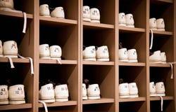 Bowlingspielschuhe auf Zahnstangen Stockfotos