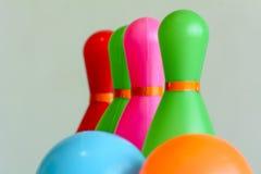 Bowlingspielspielwaren sind sein perfektes zum Spaß und passend für Kinder bunt Lizenzfreie Stockfotos