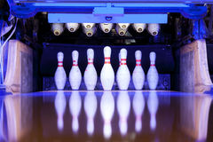 Bowlingspielstifte bereit, auf der Bahn gefällt zu werden Lizenzfreie Stockfotos