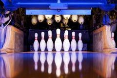 Bowlingspielstifte bereit gefällt zu werden Lizenzfreies Stockfoto