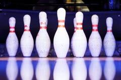Bowlingspielstifte bereit gefällt zu werden Stockbilder