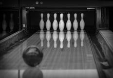 Bowlingspielstifte im Bowlingspielverein Stockbilder