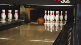 Bowlingspielstifte im Bowlingspielverein stock video footage