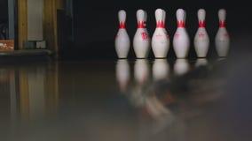 Bowlingspielstifte im Bowlingspielverein stock footage
