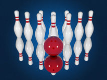 Bowlingspielstifte und -ball auf einem blauen Hintergrund Stockbilder