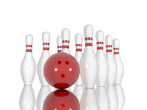 Bowlingspielstifte und -ball auf einem weißen Hintergrund Lizenzfreie Stockfotos
