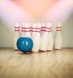 Bowlingspielstifte und -Bowlingkugel in der Miniatur Lizenzfreies Stockbild