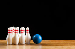Bowlingspielstifte und -Bowlingkugel in der Miniatur Lizenzfreie Stockfotos