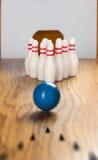Bowlingspielstifte und -Bowlingkugel in der Miniatur Stockfotos