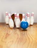 Bowlingspielstifte und -Bowlingkugel in der Miniatur Stockbilder